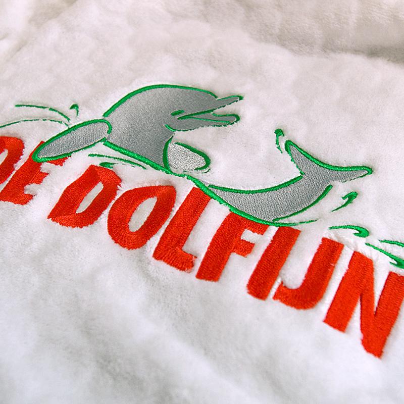 Logo borduring op badjas